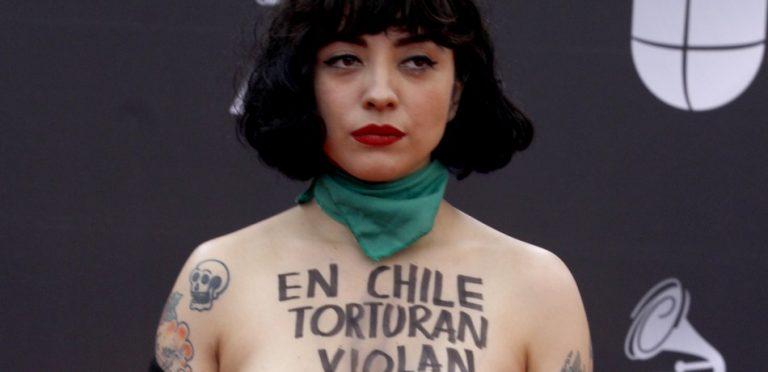 """""""En Chile torturan, matan y violan"""", denunció Mon Laferte en los Grammy Latinos"""