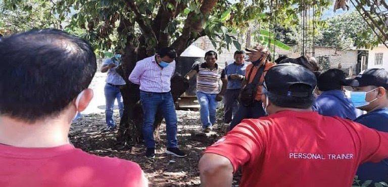 Pobladores de Chiapas amarraron a alcalde a un árbol por entregar una obra en mal estado
