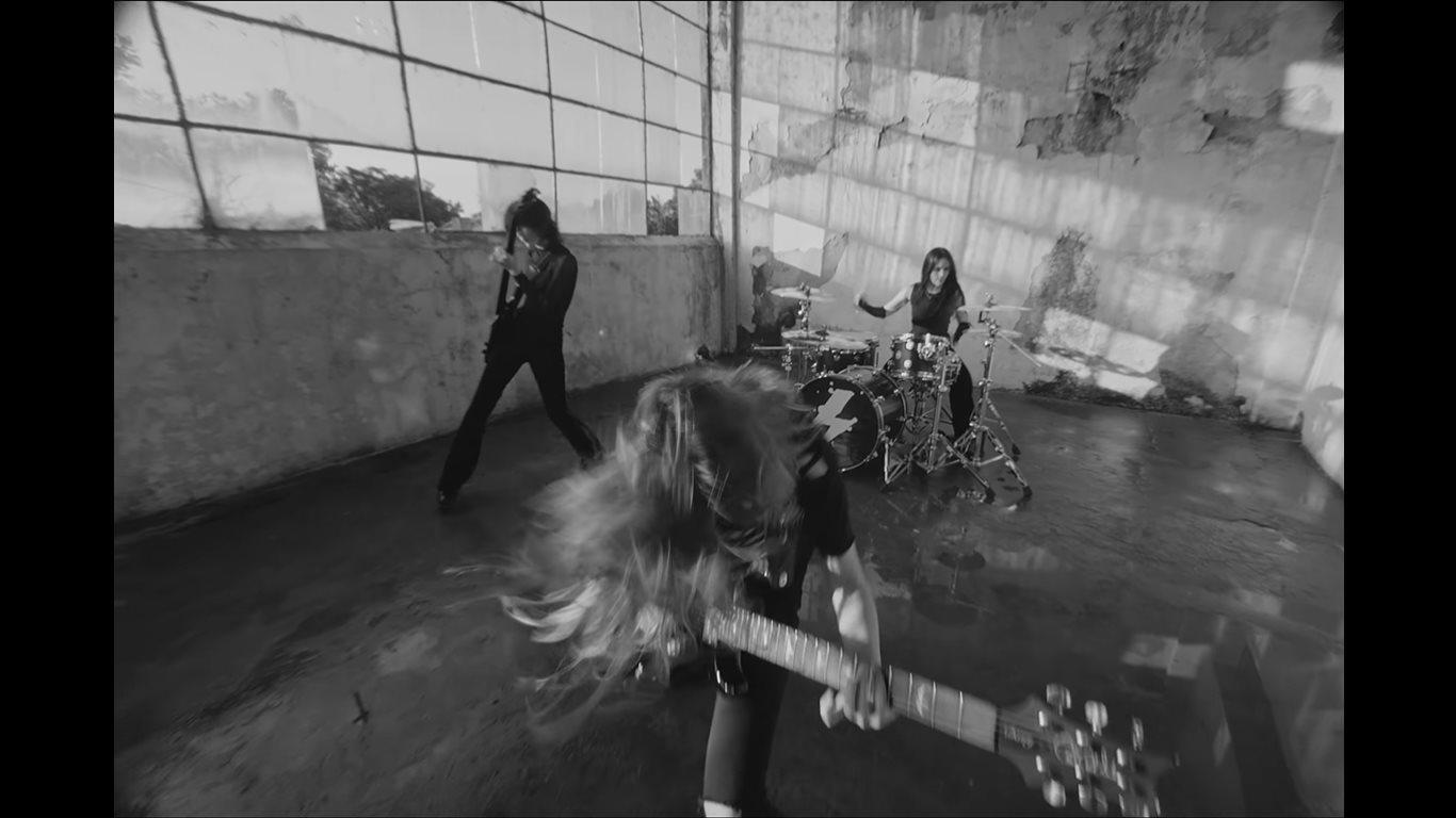 Alessia Cara y The Warning la rompieron con su versión de Enter Sandman